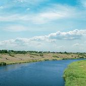 Nehir üzerinde bulutlu gökyüzü — Stok fotoğraf