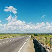 沥青路面多云的地平线 — 图库照片