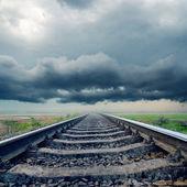 Ferrovia closeup all'orizzonte nuvole di pioggia — Foto Stock