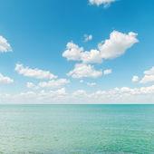 Azurblå havet med blå mulen himmel — Stockfoto
