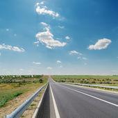 Droga asfaltowa i błękitne niebo — Zdjęcie stockowe