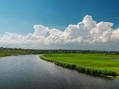 川の上の白い雲 — ストック写真