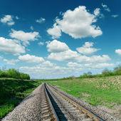Demiryolu üzerinde bulutlu gökyüzü — Stok fotoğraf