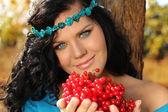 Porträtt av vacker kvinna på resten med berry i hennes händer — Stockfoto