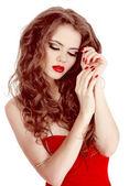 Porträt von sexy schöne Frau im roten Kleid mit Make-up und c — Stockfoto