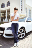 Handsome man casually leaning against the car — 图库照片