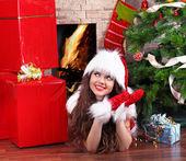 Vánoce, dívka, která nosí v santa claus — Stock fotografie