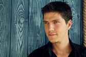 Çok yakışıklı siyah gömlek aga yüzüne olan genç adam portresi — Stok fotoğraf