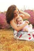Mère et bébé en portrait de parc — Photo