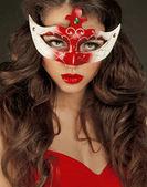 Hermosa chica en la máscara de carnaval con pelo largo y rizado. mascarada — Foto de Stock