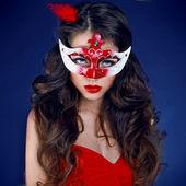 Mascarada. hermosa chica en la máscara de carnaval con pelo largo y rizado — Foto de Stock