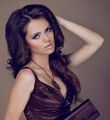 Elegante mujer con cabello largo y castaño belleza, posando en studio — Foto de Stock