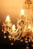 Prachtige kristallen kroonluchter in een kamer — Stockfoto