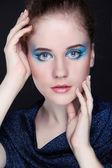 Retrato de mulher de beleza de uma menina adolescente com olhos maquiagem, moda st — Foto Stock