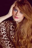 Cabello castaño. hermosa mujer con pelo largo sano — Foto de Stock