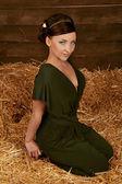 красивая женщина расслабляющий на пшеницу сено, студия выстрел — Стоковое фото