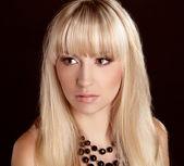 Retrato de mujer hermosa joven con el pelo rubio brillante. belleza — Foto de Stock