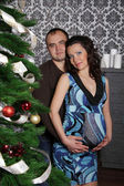 Iki aile ile karın üzerinde christma kucaklayan sevgi dolu — Stok fotoğraf