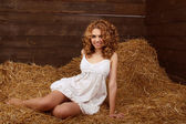 Mooi portret voor lachende vrouw met lang krullend haren op haysta — Stockfoto