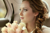 Beautiful bride woman portrait with bridal bouquet posing in her — Stock fotografie