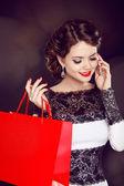 Zbliżenie uśmiechający się piękna młoda kobieta z zakupy torba tal — Zdjęcie stockowe