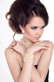 Pearls. Beautiful woman with evening make-up. Jewelry and Beauty — Stock Photo