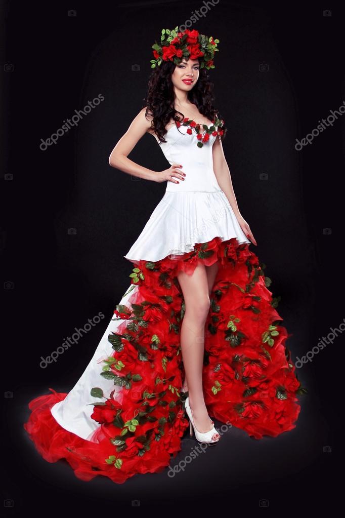 Красное платье с черными розами