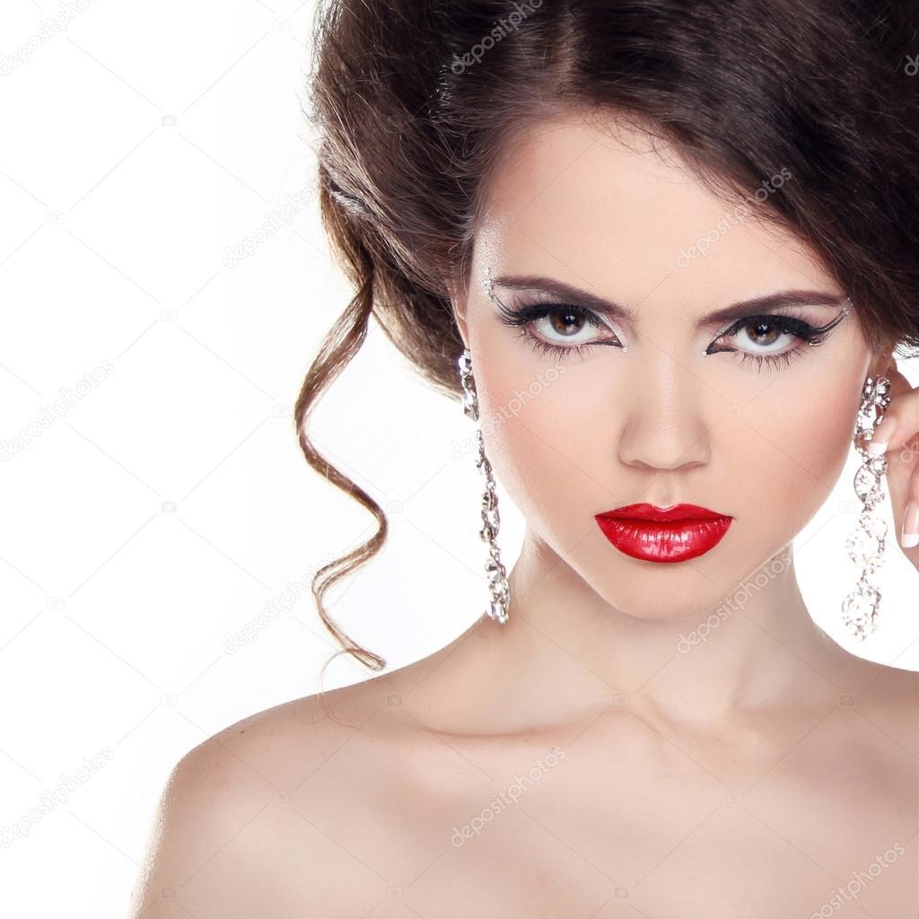 Rote Lippen schöne Frau mit lockigem Haar und Abend Make