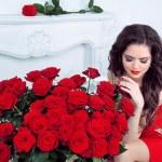 美丽的年轻女子,与红玫瑰鲜花花束在现代我 — 图库照片 #24747655