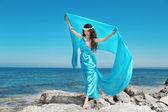 Water nimf. mooie vrouw in blauwe chiffon dress omarmen ove — Stockfoto