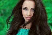 Uzun kahverengi saçlı güzel bir kadın. fashio closeup portresi — Stok fotoğraf