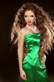长长的棕色吹头发摆了 elega 时尚的美丽女孩 — 图库照片