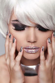Gemanicuurde nagels. oog make-up. mode blond meisje. schoonheid portrai — Stockfoto