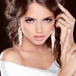 Beauty Bride. Beautiful elegant brunette girl, fashion model pos — Stock Photo #31276507