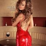 Красивая элегантная женщина, одетая в красном платье позирует в роскошный — Стоковое фото