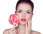Bright makeup. Beauty Girl Portrait holding Colorful lollipop. P — Stock Photo