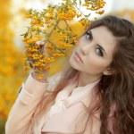 beau portrait de jeune fille automne. mode jeune femme sur jaune — Photo #33144755