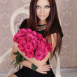 Portrait of young beautiful girl with pink roses flowers. Fashio — ストック写真