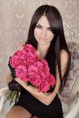 Beauty Fashion Brunette Portrait. Amazing girl holding bouquet o — Stock Photo