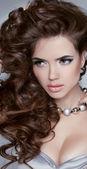 Lunghi capelli ondulati. bella donna bruna con acconciatura riccio — Foto Stock