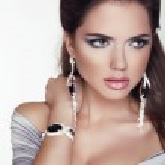 Beautiful woman with jewelry fashion accessories. Make-up. Beaut — Stock Photo