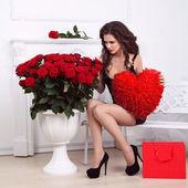 Kırmızı kalp ve gül buketi tutan seksi güzel kadın. va — Stok fotoğraf