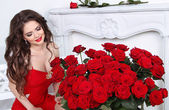 Beautiful smiling brunette woman with red roses bouquet, valenti — Stock Photo