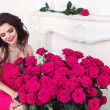 Happy smiling brunette girl with pink roses bouquet, Valentines — Stock Photo