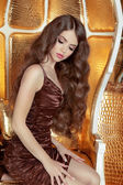 Glamorous fashionable woman with long wavy hair. Model posing on — Stockfoto