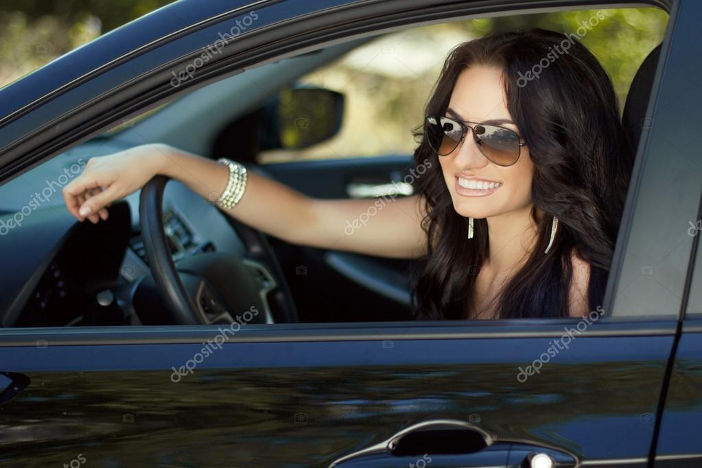 Девушки в машинах за рулем фото