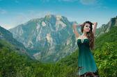 Schoonheid meisje buiten genieten van natuur over gebergte. mooi te — Stockfoto
