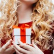 Gift box in hands — Stockfoto