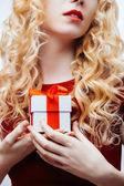 Doos van de gift in handen — Stockfoto