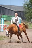 Güzel genç sarışın kadının kestane at binme — Stok fotoğraf